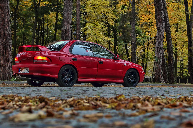 TAPETA: Subaru Impreza w jesiennej scenerii