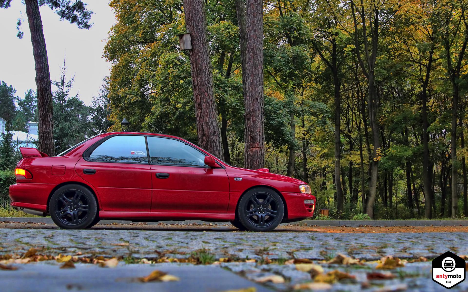 Subaru Impreza w jesiennej scenerii