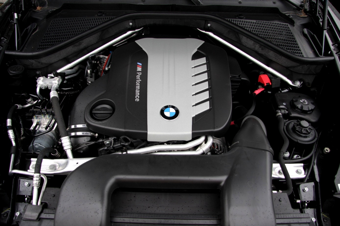 Nowoczesne silniki często przykryte są plastikową osłonką. Całe szczęście nie zmienia to gigantycznego momentu obrotowego, jakim to auto dysponuje.