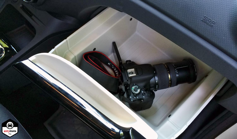 Przepastny schowek przed siedzeniem pasażera, przypominający szufladę od zamrażarki ;)