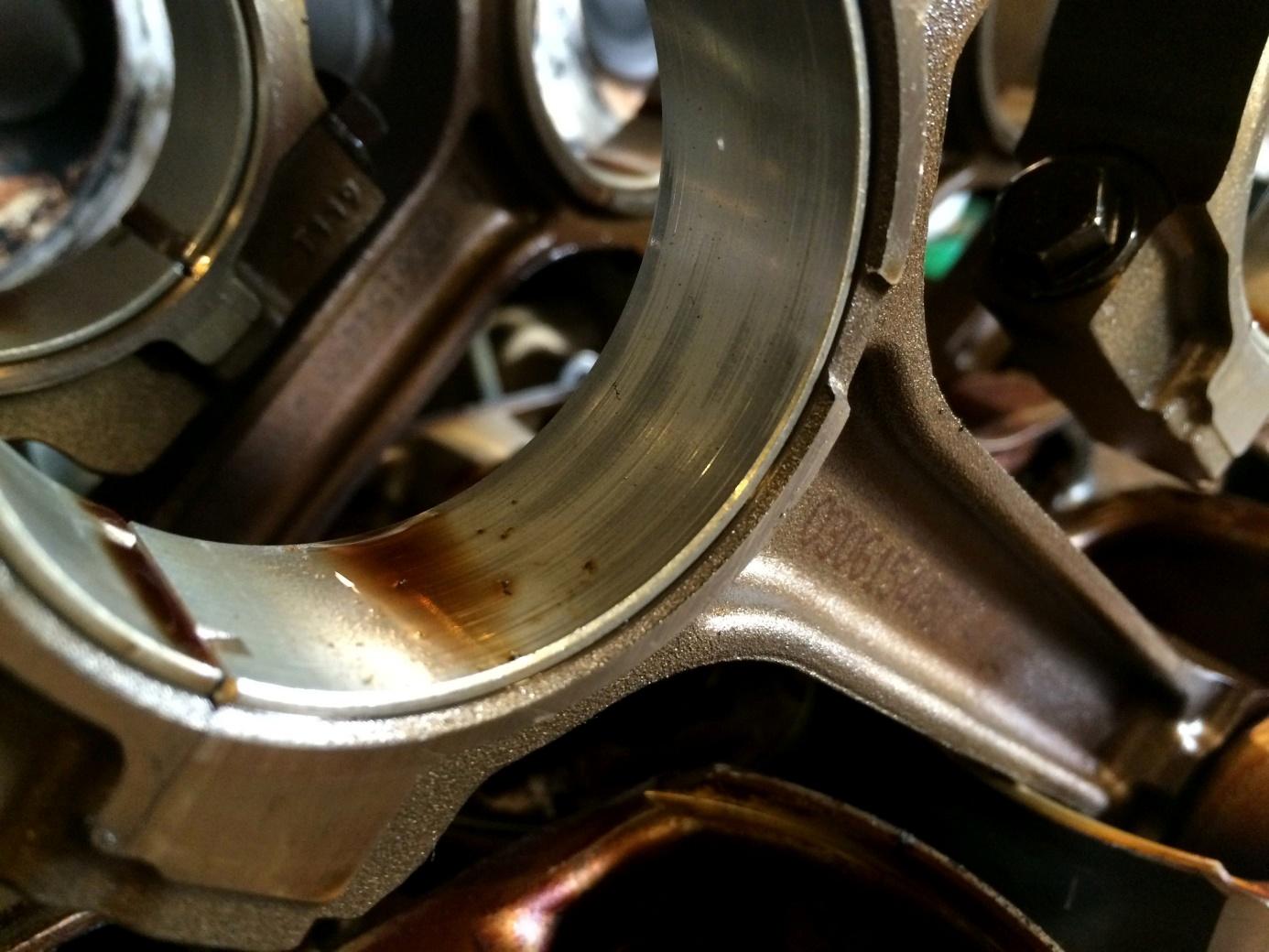Chwilowa utrata ciśnienia w układzie smarowania i takie mogą być skutki. Na panewce widać ślady kontaktu metal-metal.