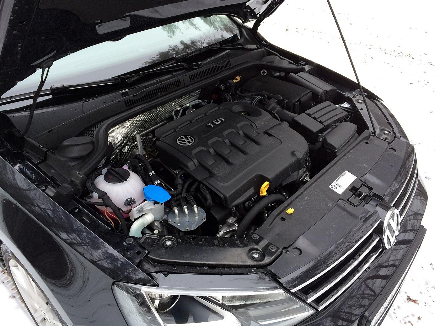 2.0 TDI szczelnie wypełnia komorę silnika i groźnie warczy.