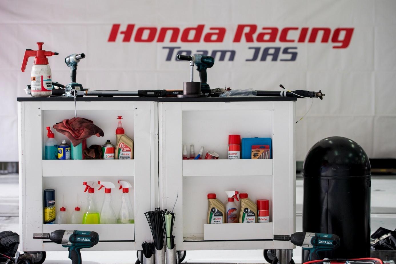 Szeroka gama produktów Castrol w wózkach serwisowych Honda Racing